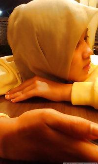 Melayu bertudung mengandung